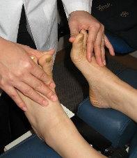 以手把腳趾公向上屈曲,測試連接腳趾公肌肉的肌力。
