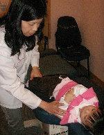 圖2 琳琳正接受腰椎矯正
