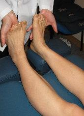 以手掌托著腳底,用力推著,留意患者可有發出一股對衝力。